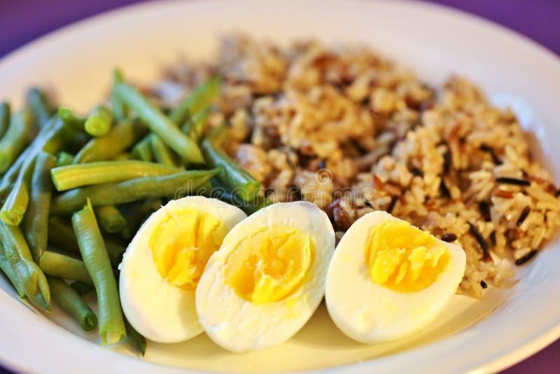 Déjeuner sain d'oeufs et de Veggie photo stock