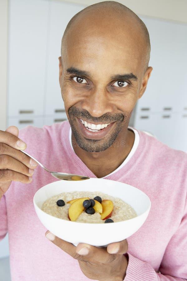 Déjeuner sain mangeur d'hommes âgé par milieu image stock