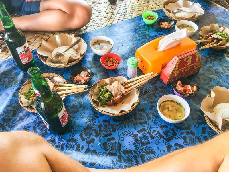 Déjeuner satay de Balinese traditionnel dans l'installation traditionnelle images stock
