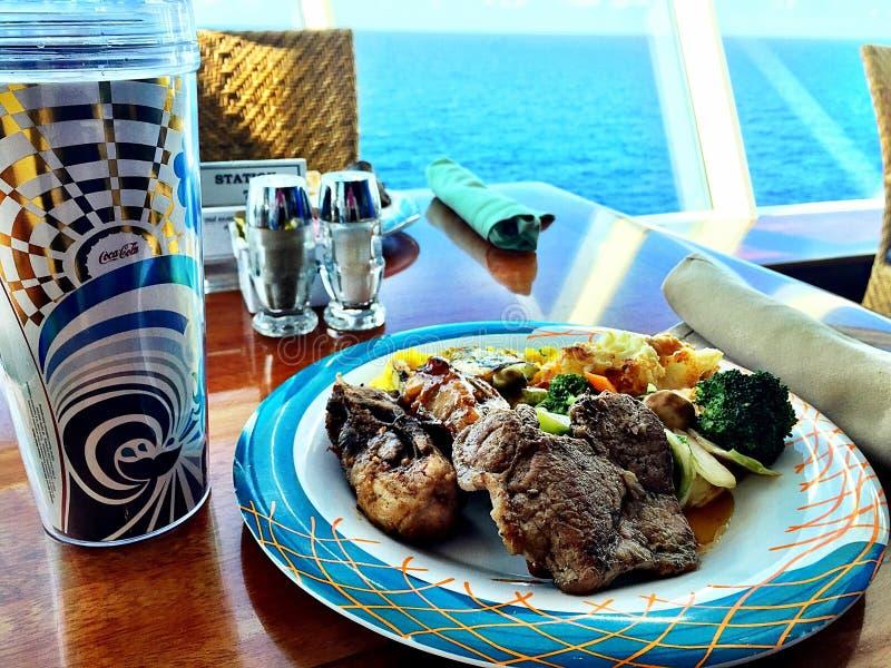 Déjeuner sur un bateau de croisière image stock