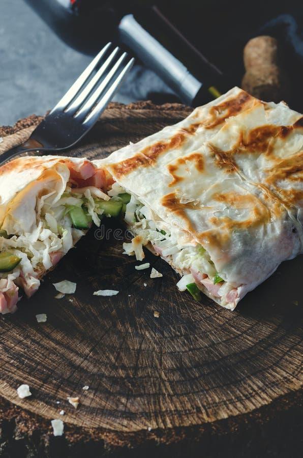 Déjeuner traditionnel de lavash dans un style rustique photos stock