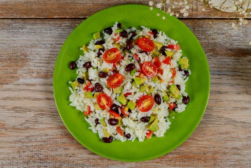 Déjeuner végétarien vert sain avec du riz, tomate, avocat sur la table Cuisine de tendance Vue supérieure Configuration plate images libres de droits