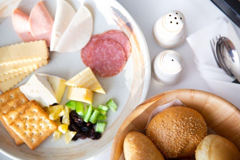 Déjeunez avec divers des pains, fromage, jambon, crakers, le salami a images libres de droits
