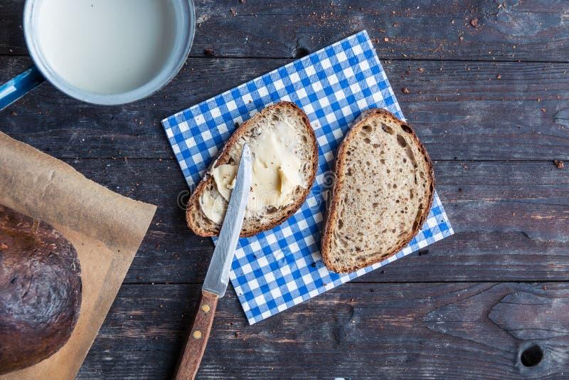 Déjeunez avec du pain et la tasse coupés en tranches de lait photographie stock libre de droits