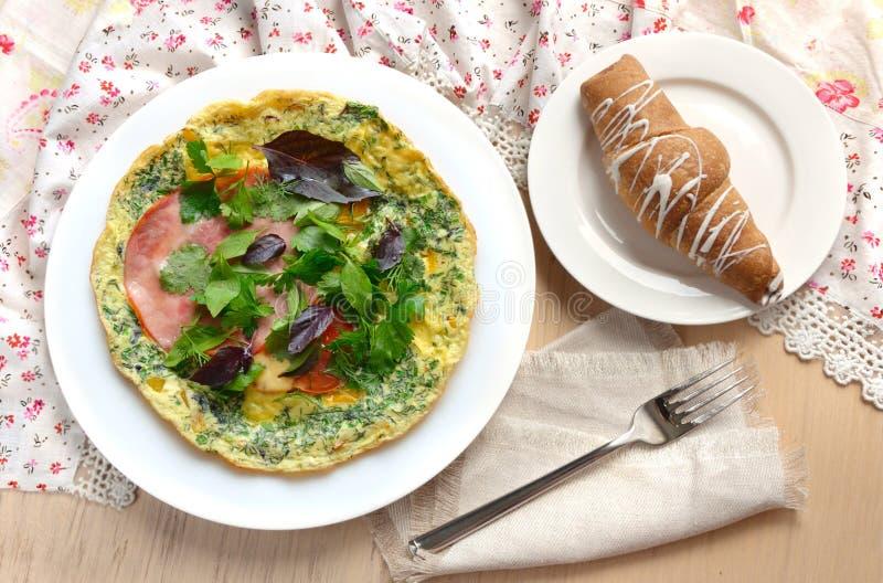 Déjeunez avec l'omelette, le jambon, le basilic et le croissant photos libres de droits