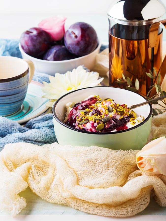 Déjeunez avec la cuvette de quark frais, baies, graines photos stock