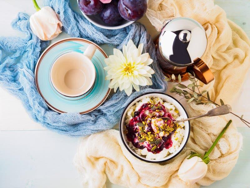 Déjeunez avec la cuvette de quark frais, baies, graines images stock