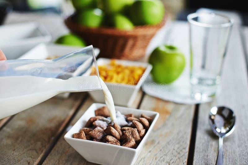 Déjeunez avec le bol de céréale et de lait de chocolat photos stock