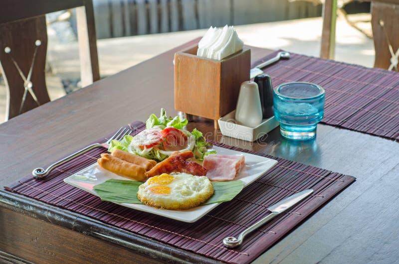 Déjeunez avec les oeufs brouillés, les liens de saucisse et le pain grillé image libre de droits