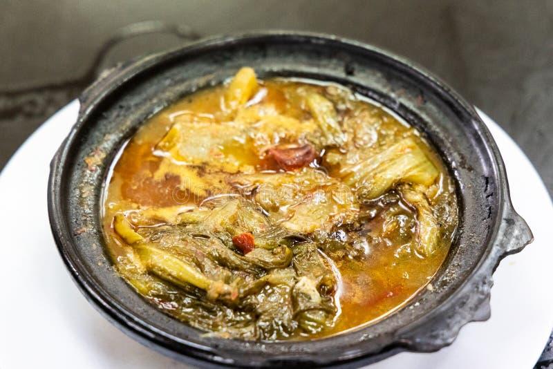 Délicatesse végétale de moutarde épicée aigre de chinois traditionnel dans le claypot photographie stock