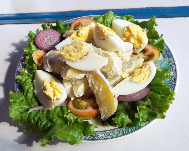 Délicieuse salade traditionnelle au Népal photos stock