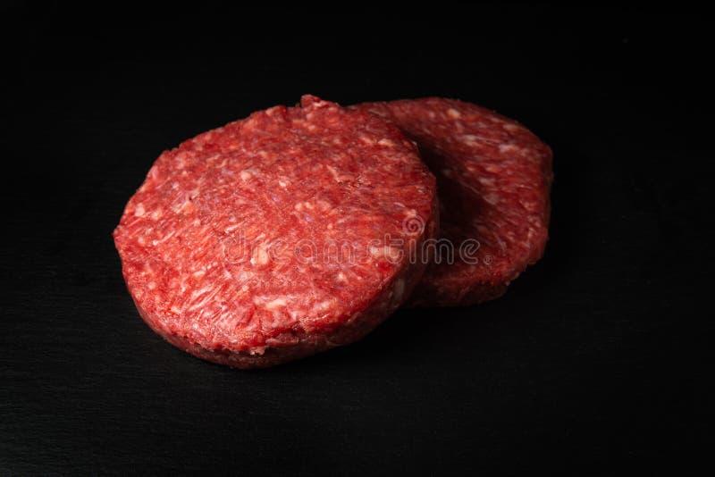 Délicieux hamburgers au boeuf haché cru faits maison photo libre de droits