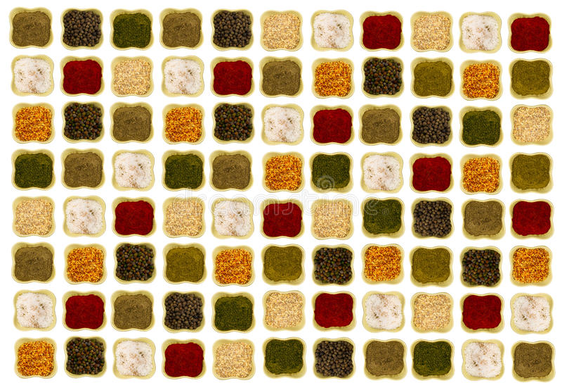 Délicieux lumineux d'épices sur les cuvettes en céramique d'un fond blanc disposées symétriquement et sans à-coup image libre de droits