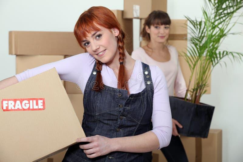Déménager de jeunes femmes images libres de droits