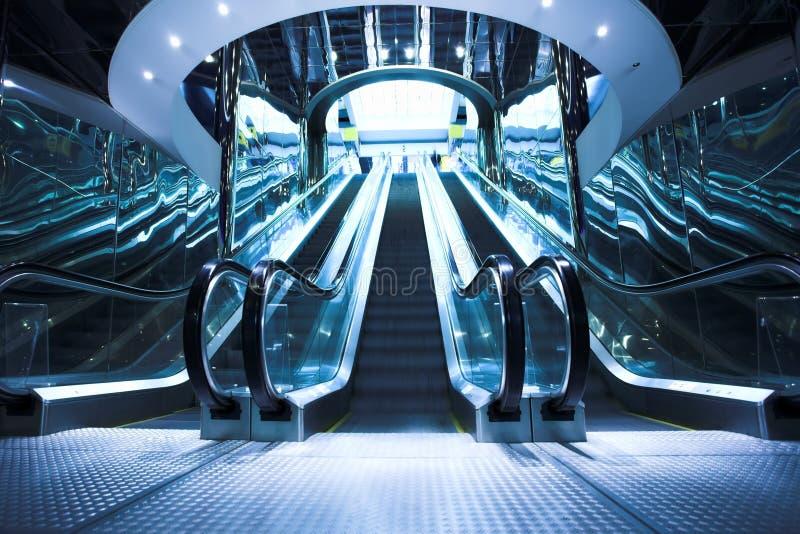 Déménagez l'escalator dans le bureau moderne image stock