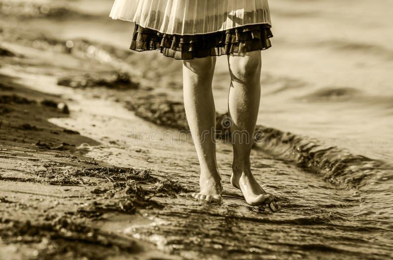 Démarche sur l'eau et le sable images stock