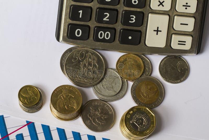 Démarrage d'investissement illustré avec les pièces de monnaie, la coquille d'oeufs, et le diagramme de progrès photo libre de droits