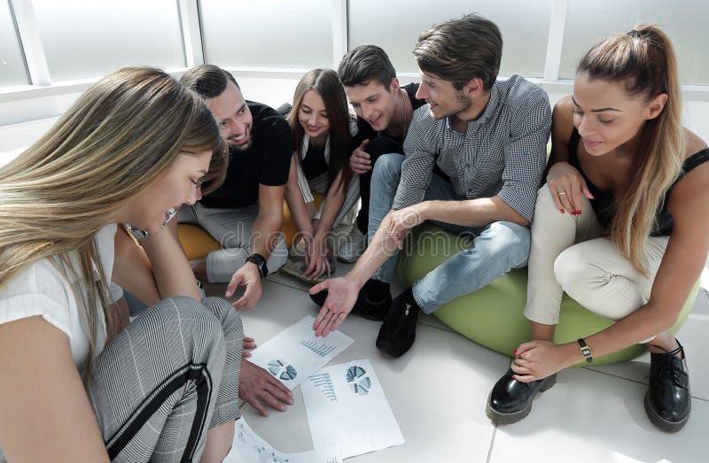 Démarrage un groupe d'amis discutant un nouveau plan d'action photo stock