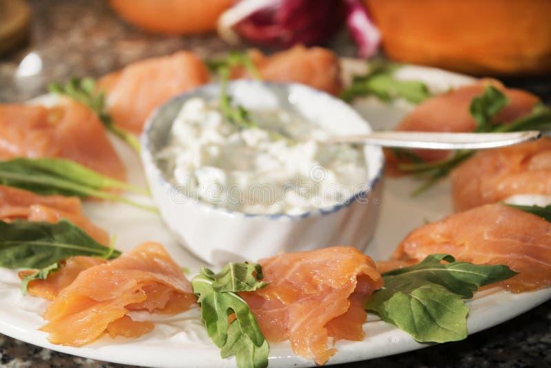 Démarreur des saumons fumés avec le fromage fondu image libre de droits