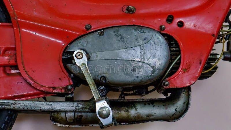 Démarreur sur une vieille moto La protection de kick et de changement de vitesse sont faites sous forme d'une part images stock