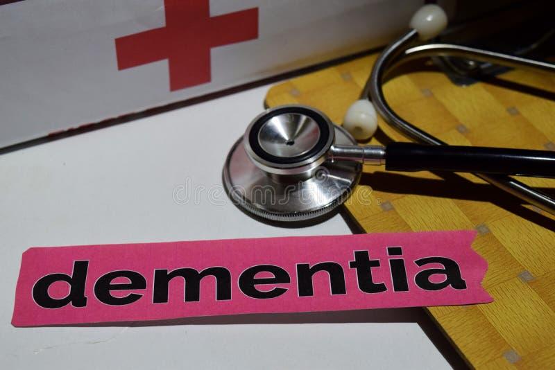 Démence sur le papier d'impression avec le concept médical et de soins de santé photos stock