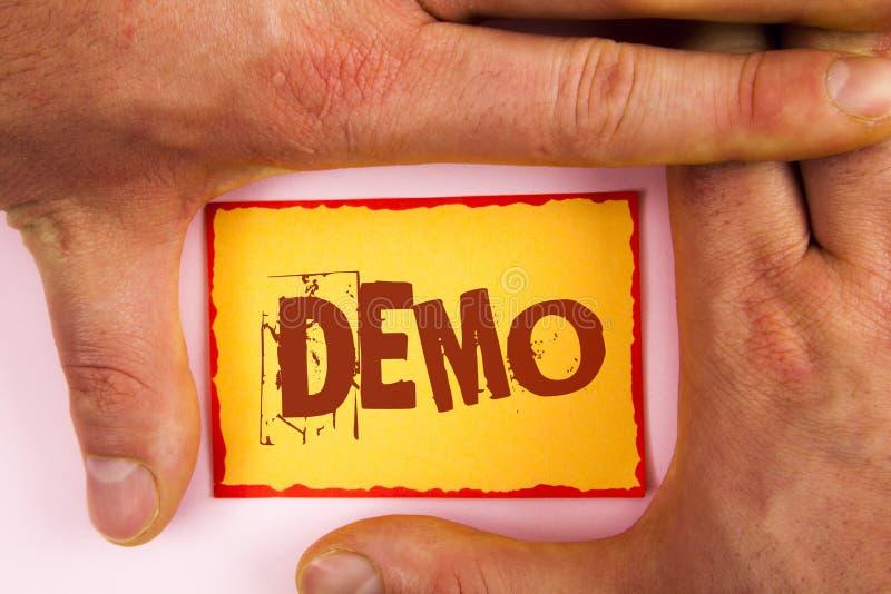 Démo des textes d'écriture de Word Le concept d'affaires pour la démonstration des produits par des fournisseurs de logiciel sont image libre de droits