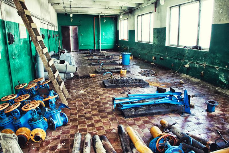 Démolition de vieil équipement dans un bâtiment industriel photos stock