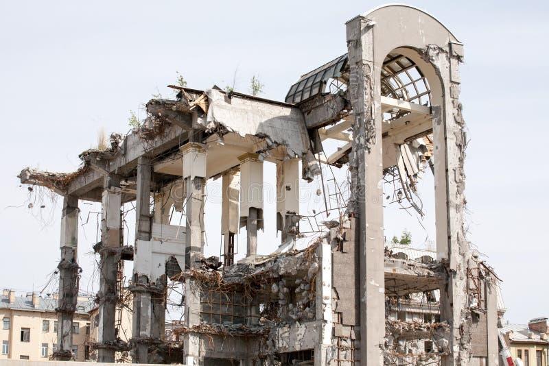 Démolition du haut bâtiment moderne sur le fond de ciel image libre de droits