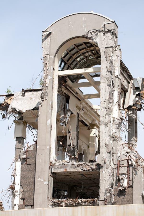 Démolition du haut bâtiment moderne sur le fond de ciel photo stock