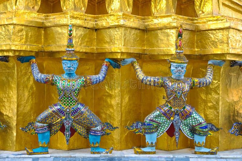 Démons mythiques sur le mur du temple bouddhiste photographie stock libre de droits
