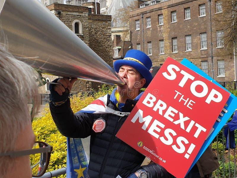 Démonstrateur de BREXIT hurlant sur un ARRÊT BREXIT de mégaphone en dehors de Westminster, Londres le jour l'échouer BRITANNIQUE photo libre de droits