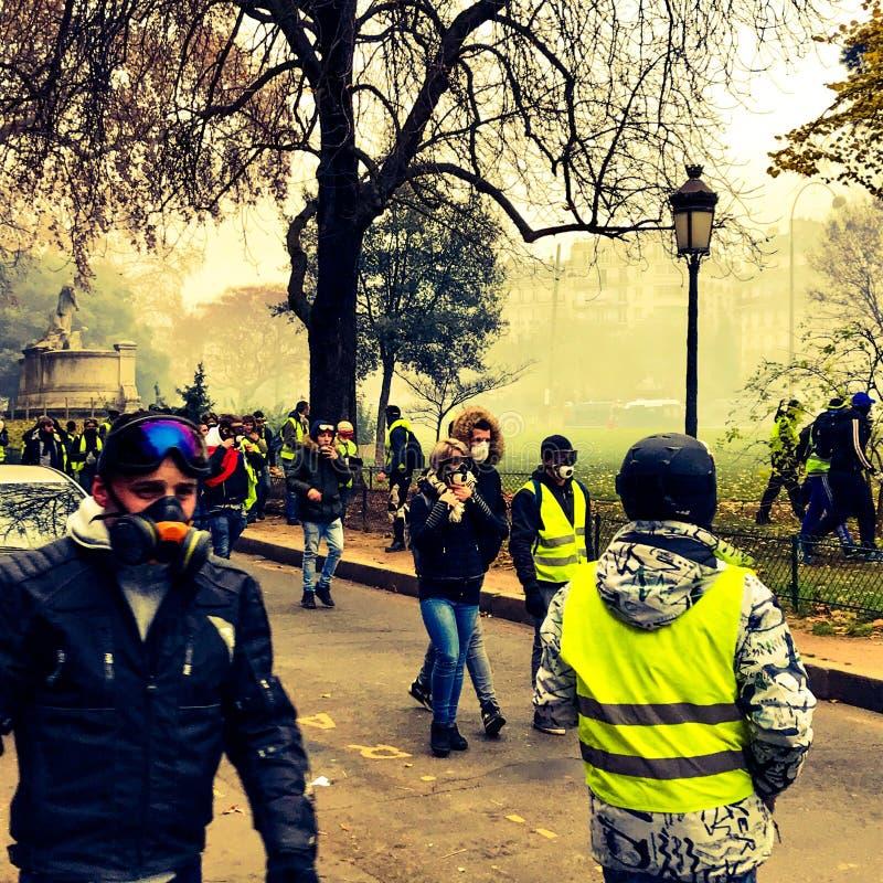Démonstrateurs pendant une protestation dans des gilets jaunes image libre de droits