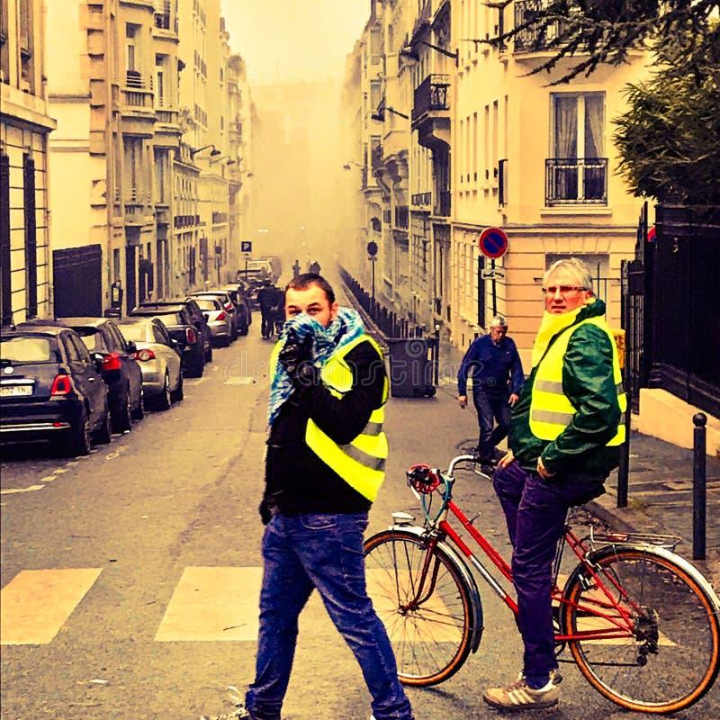 Démonstrateurs pendant une protestation dans des gilets jaunes photos stock