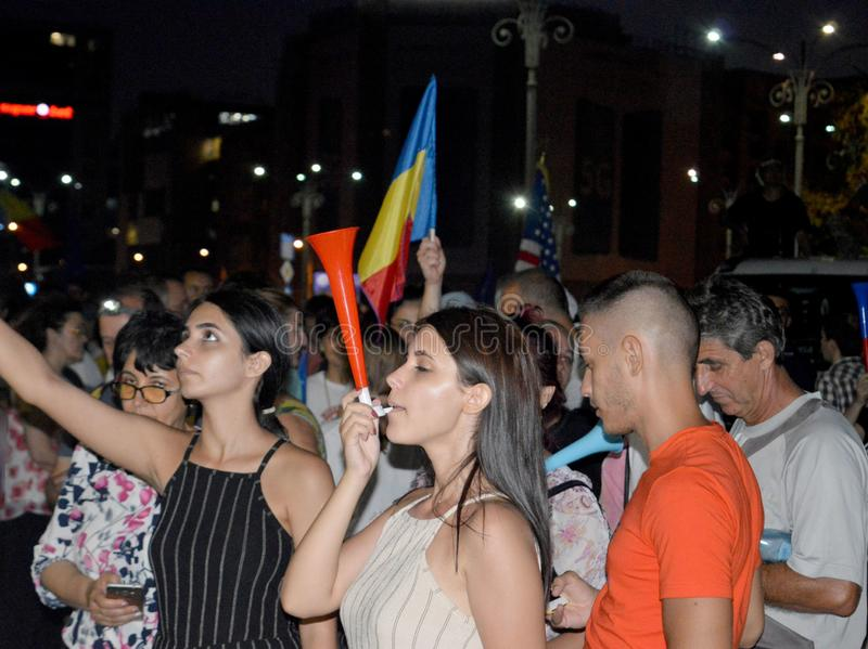 Démonstration à Bucarest, une année après que les gendarmes aient attaqué des protestateurs, des touristes et des journalistes photo stock