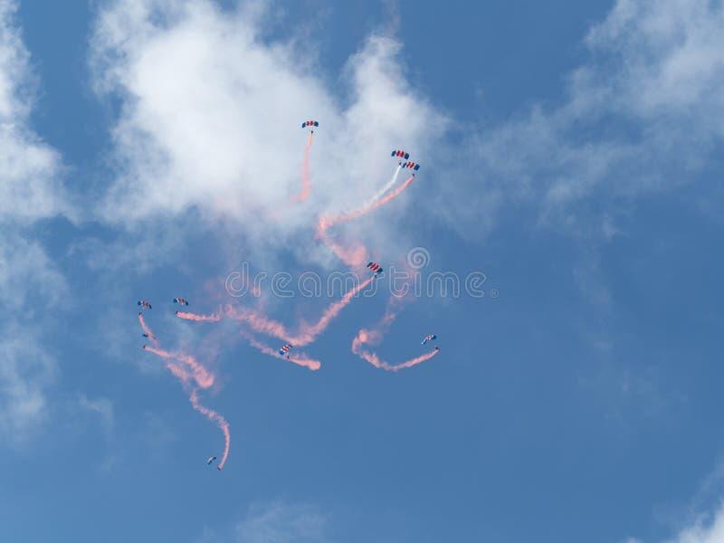 Démonstration de RAF Falcons, une équipe de parachutistes de l'armée de l'air royale pendant un airshow en Belgique image stock