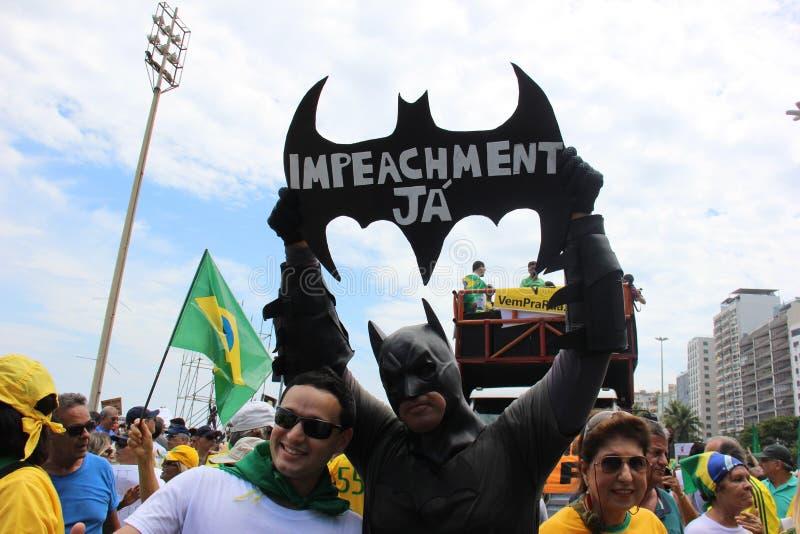 Démonstration en mise en accusation de soutien de Dilma Rousseff dans Copacabana photo libre de droits