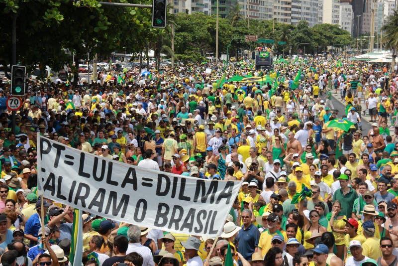 Démonstration en mise en accusation de soutien de Dilma Rousseff dans Copacabana photo stock