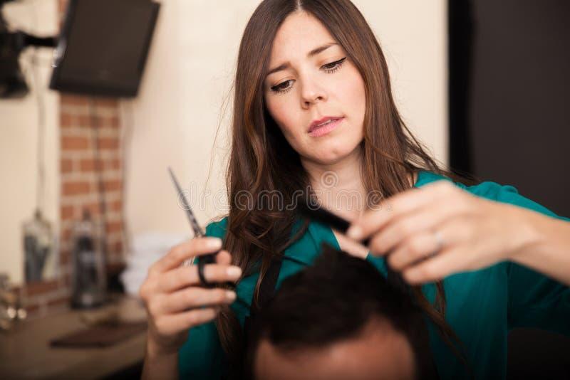 Dénommer des cheveux à un salon photographie stock