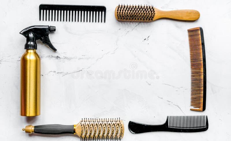 Dénommer des cheveux avec des outils dans le raseur-coiffeur sur la maquette blanche de vue supérieure de fond images stock