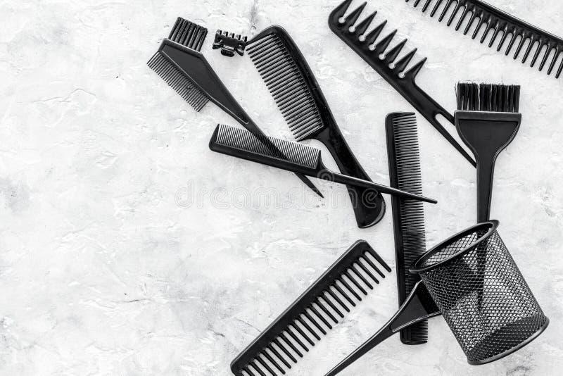 Dénommer des cheveux avec des peignes et des outils dans le raseur-coiffeur sur la maquette en pierre de vue supérieure de fond photo stock
