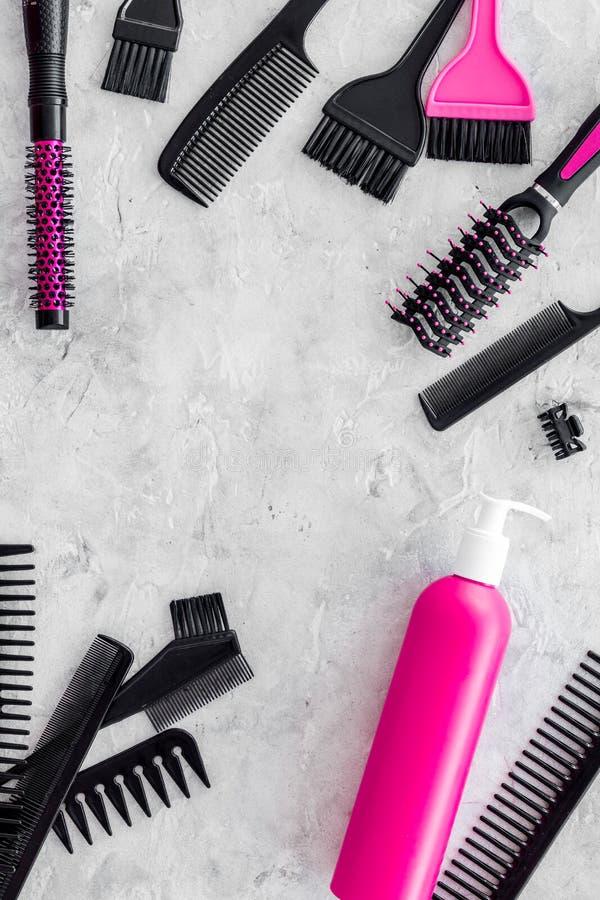 Dénommer des instruments de cheveux avec des peignes et des brosses dans le raseur-coiffeur sur la maquette en pierre de vue supé photo stock