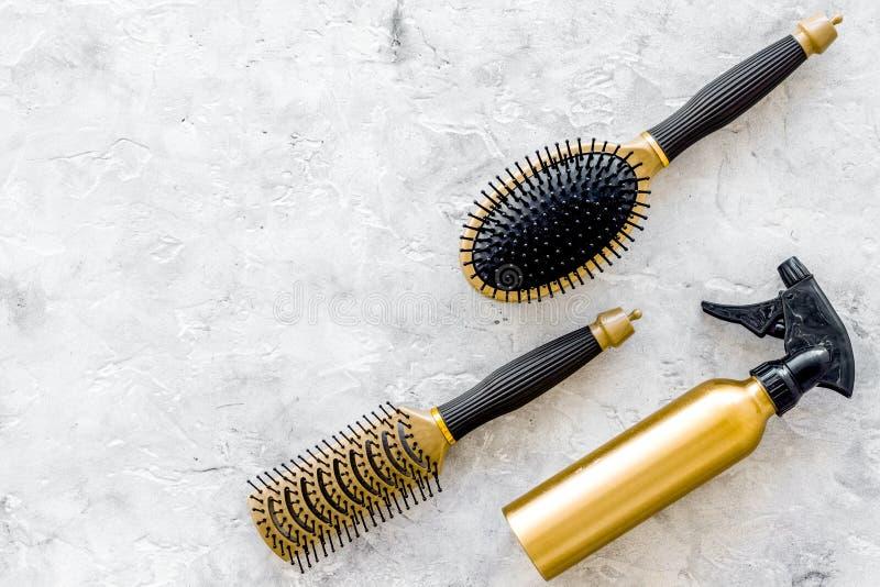 Dénommer des instruments de cheveux avec des peignes et des brosses dans le raseur-coiffeur sur la maquette en pierre de vue supé photo libre de droits