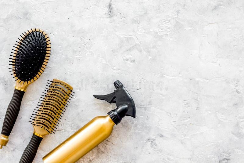 Dénommer des instruments de cheveux avec des peignes et des brosses dans le raseur-coiffeur sur la maquette en pierre de vue supé image stock