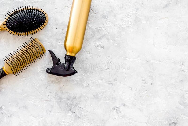 Dénommer des instruments de cheveux avec des peignes et des brosses dans le raseur-coiffeur sur la maquette en pierre de vue supé images libres de droits