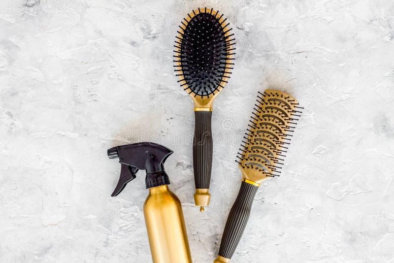Dénommer des instruments de cheveux avec des peignes et des brosses dans le raseur-coiffeur sur la maquette en pierre de vue supé photos libres de droits