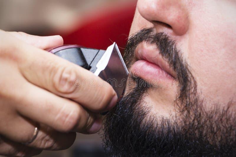 Dénommer et coupe de barbe Fermez-vous vers le haut de la photo cultivée de dénommer d'une barbe rouge La publicité et concept de images stock