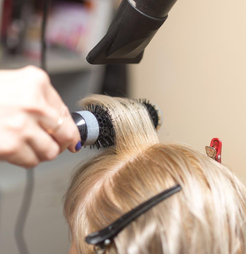 Dénommer le sèche-cheveux femelle image libre de droits