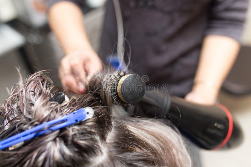 Dénommer le sèche-cheveux femelle images libres de droits