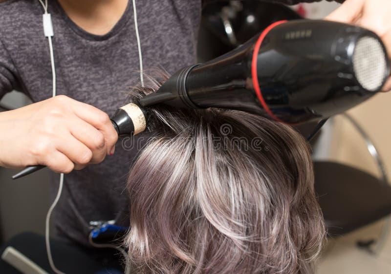 Dénommer le sèche-cheveux femelle photos libres de droits