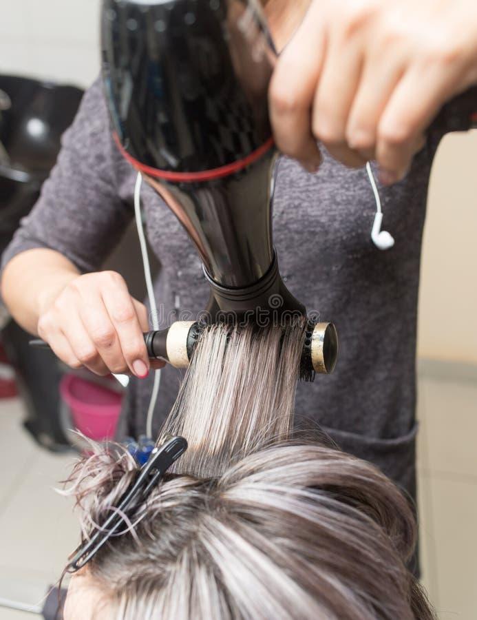 Dénommer le sèche-cheveux femelle image stock